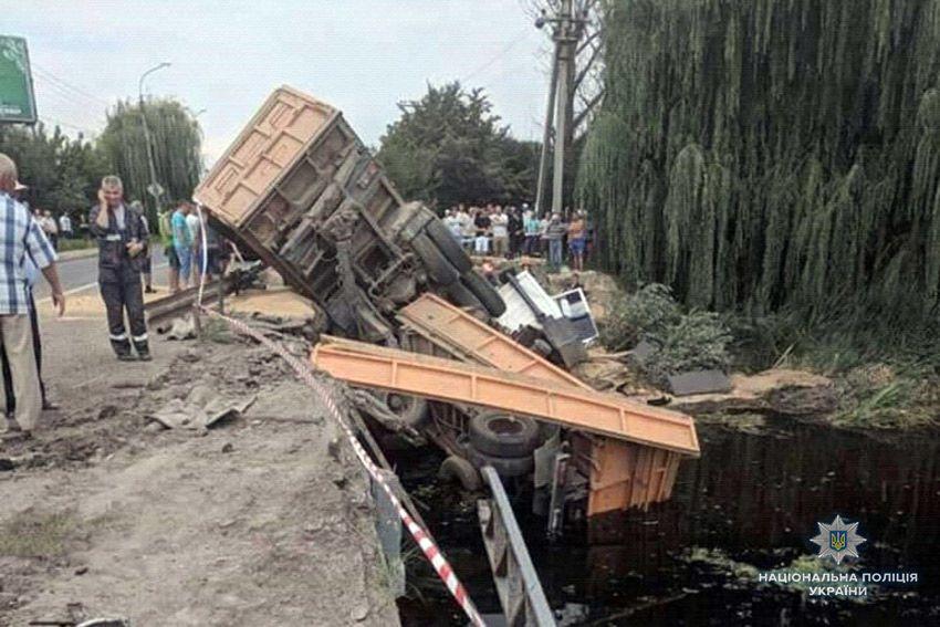 Вантажівка впала у річку
