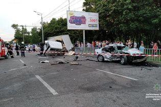 У Дніпрі вантажівка на набережній потрощила легковики, загинули дві людини