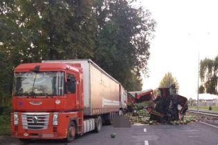 У Вінниці завантажена кавунами вантажівка протаранила припарковану фуру, загинув іноземець