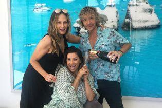 С бокалом шампанского: Ева Лонгория отдыхает в компании любимого стилиста