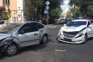 У Києві патрульні потрапили у ДТП, протаранивши інше авто у бік