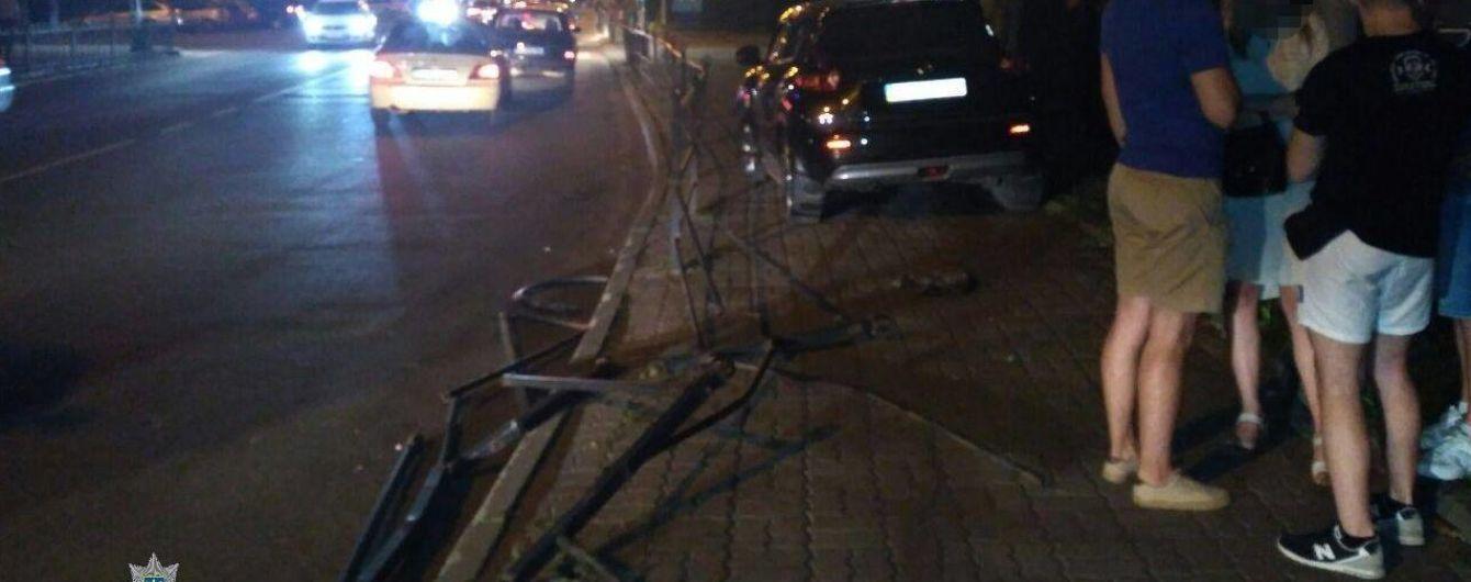 Не стояла на ногах и материла копов: в Тернополе на видео сняли пьяную виновницу ДТП