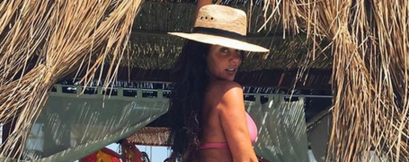 У рожевому бікіні і капелюсі: Анна Сєдокова похизувалася сексуальними сідницями