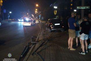 Не стояла на ногах і матюкала копів: у Тернополі на відео зняли п'яну винуватицю ДТП