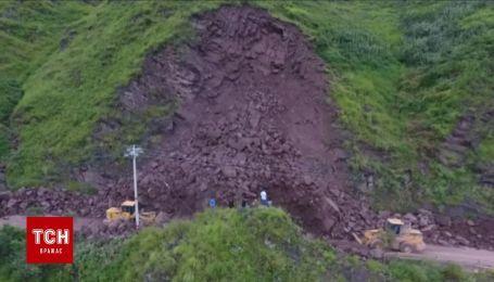 В Китае огромный холм обрушился на дорогу