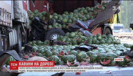 В Виннице дорогу заблокировали сотни разбитых арбузов из-за масштабного ДТП