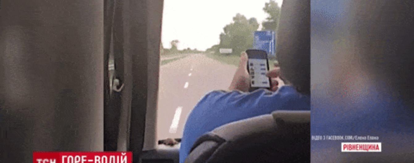 """В Ровно водителя автобуса застали на активном """"серфинге"""" соцсетей во время движения"""