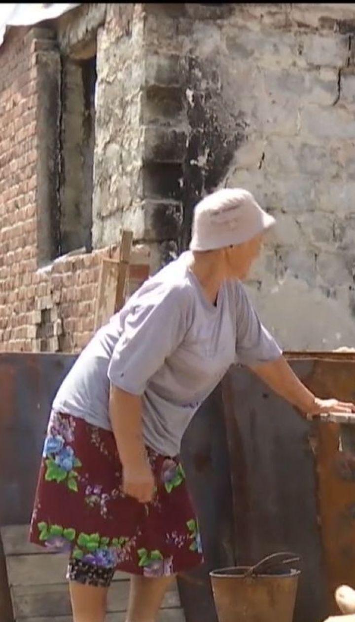 Мешканці напівзруйнованої Миколаївки шукають покинуті будинки, аби пережити там холоди
