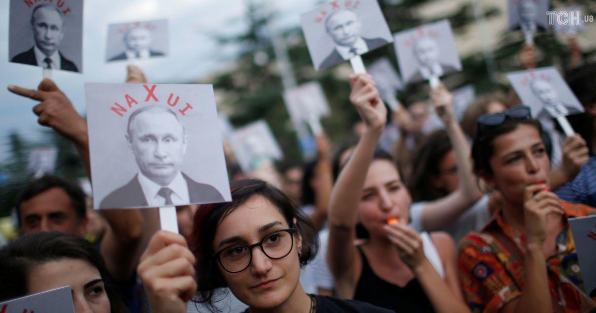 """""""Путін n*хuі"""": у Тбілісі пікетували російське представництво в 10-у річницю вторгнення РФ"""