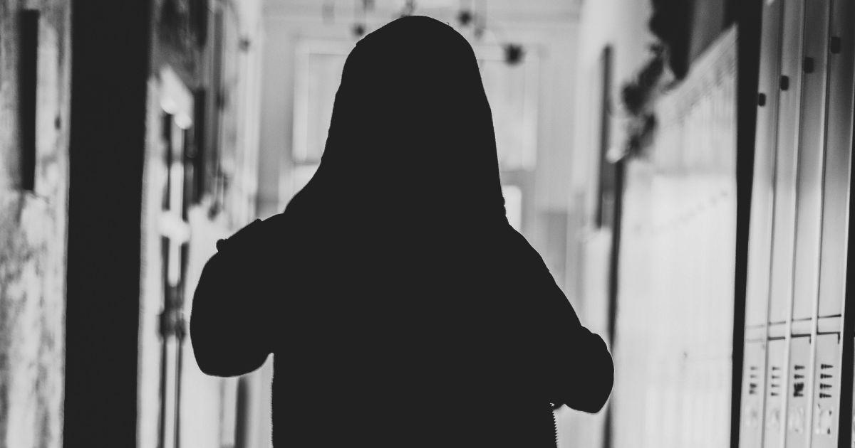 Бил, оскорблял и унижал: под Харьковом наказали мать мальчика, который терроризировал лицей
