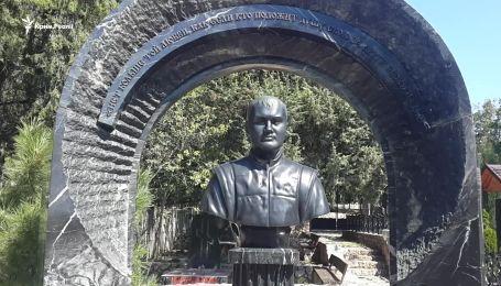 Бюст на могилі Януковича-молодшого у Криму