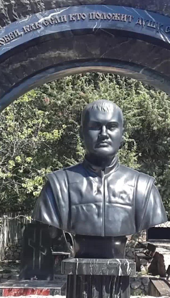 Бюст на могиле Януковича-младшего в Крыму