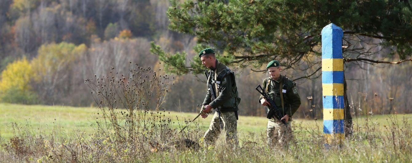 На Закарпатье контрабандисты избили пограничника и выстрелили ему в спину