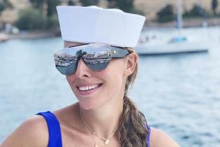 Іменний купальник, рожевий мопед і яхта: Катя Осадча опублікувала нові знімки з Греції
