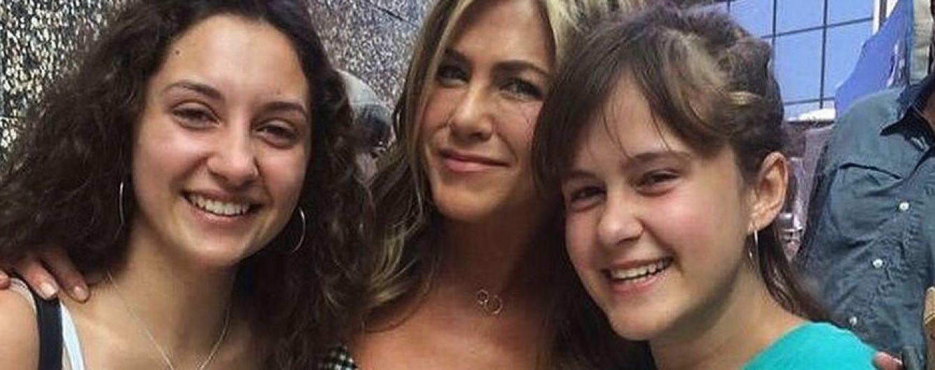 В клетчатом платье и с улыбкой: Дженнифер Энистон в Италии подловили поклонницы