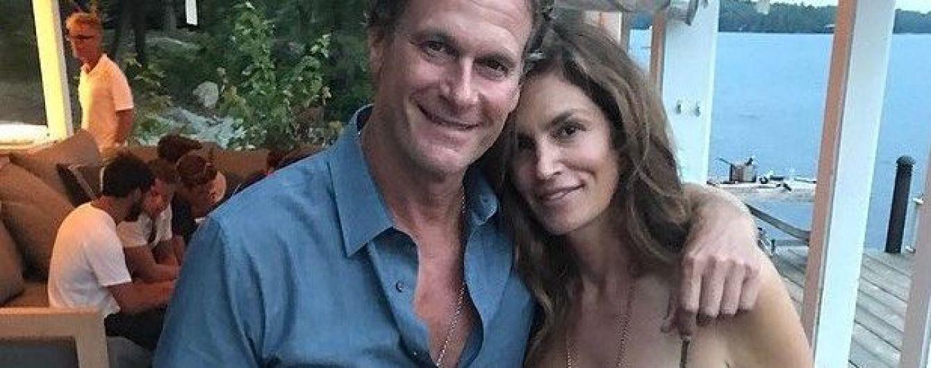 В сарафане и в обнимку с мужем: Синди Кроуфорд на отдыхе