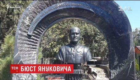 В Крыму на могилу Януковича-младшего установили бюст с цитатой из Евангелия