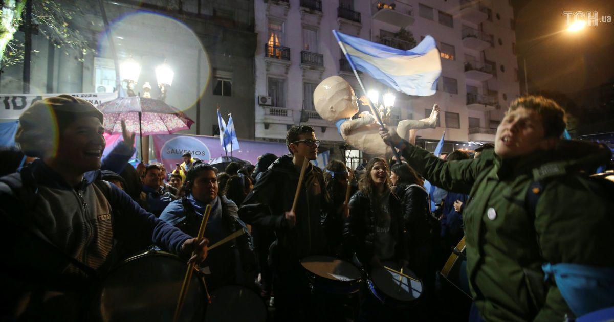 В Аргентине решение парламента не легализовать аборты повлекло столкновения с полицией