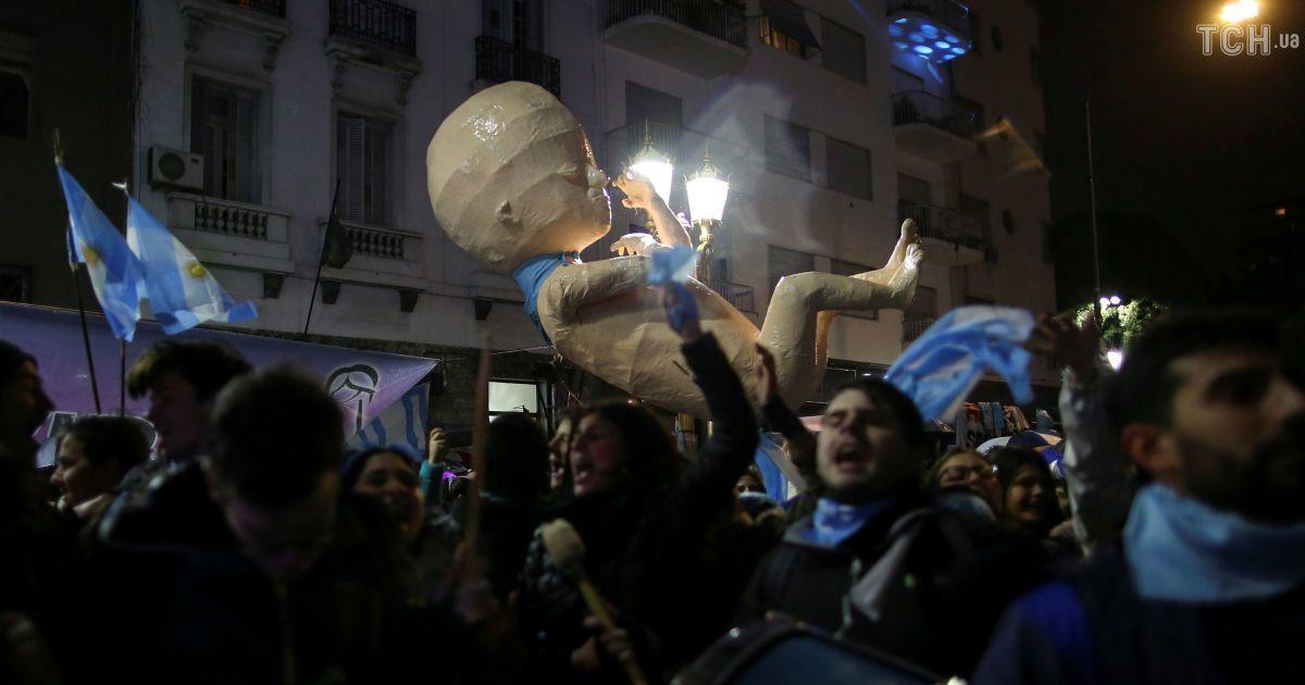 В Аргентині рішення парламенту не легалізувати аборти спричинило сутички з поліцією