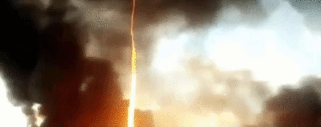 Полум'яний стовп у небі і чорний дим: в Англії на відео зняли рідкісний вогняний торнадо