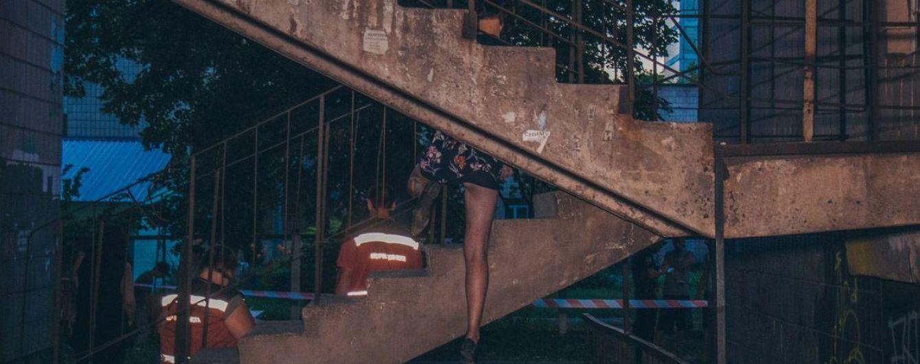 У Києві жінка після сварки з коханим повісилася на пожежних сходах з ведмедиком у руках