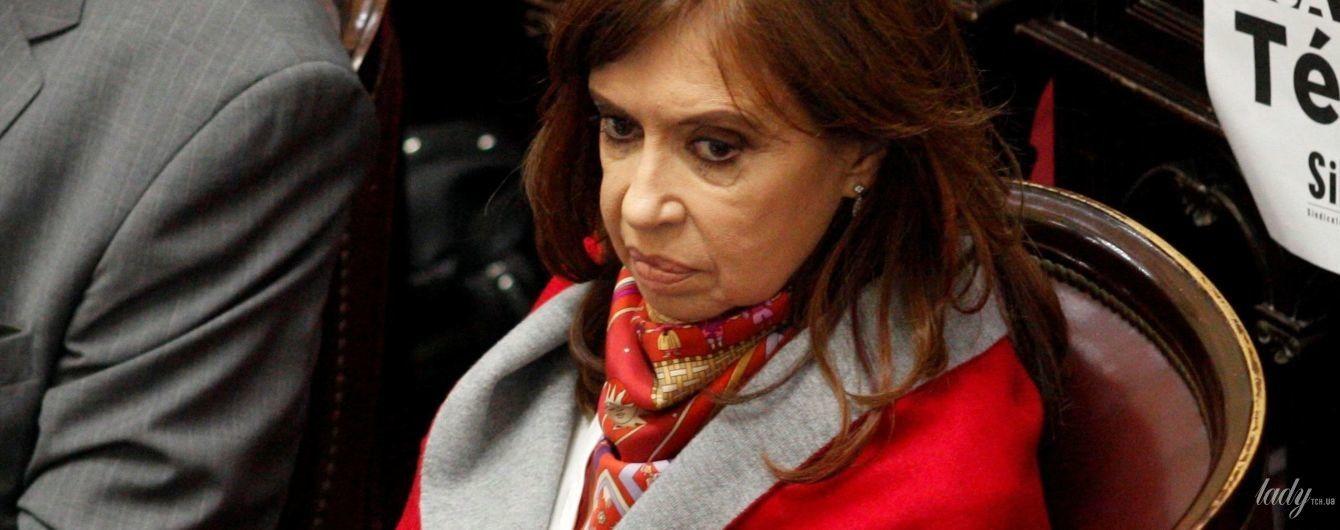 У червоному кардигані і зі строкатою хусткою: екс-президент Аргентини прийшла на роботу в ефектному образі