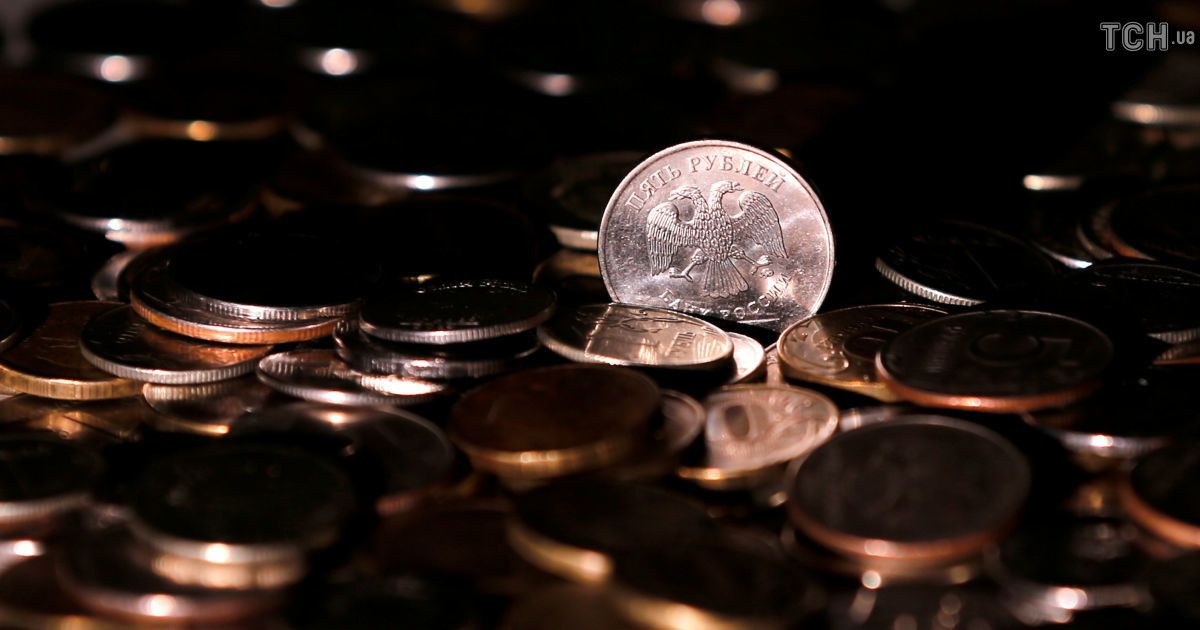 На торгах в России доллар впервые за два последних года перевалил за 67 рублей