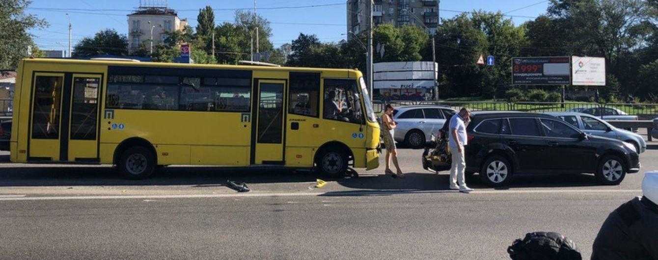 У Києві маршрутка влетіла у кросовер Subaru