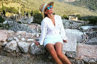 В наряде с глубоким декольте и шляпе: Катя Осадчая в Греции
