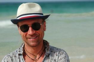 В рубашке с цветочным принтом и в шляпе: Олег Винник позировал на пляже