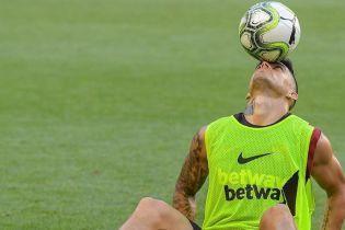 """Фристайл по-аргентинськи: футболіст """"Роми"""" показав неймовірні трюки з м'ячем, сидячи на газоні"""