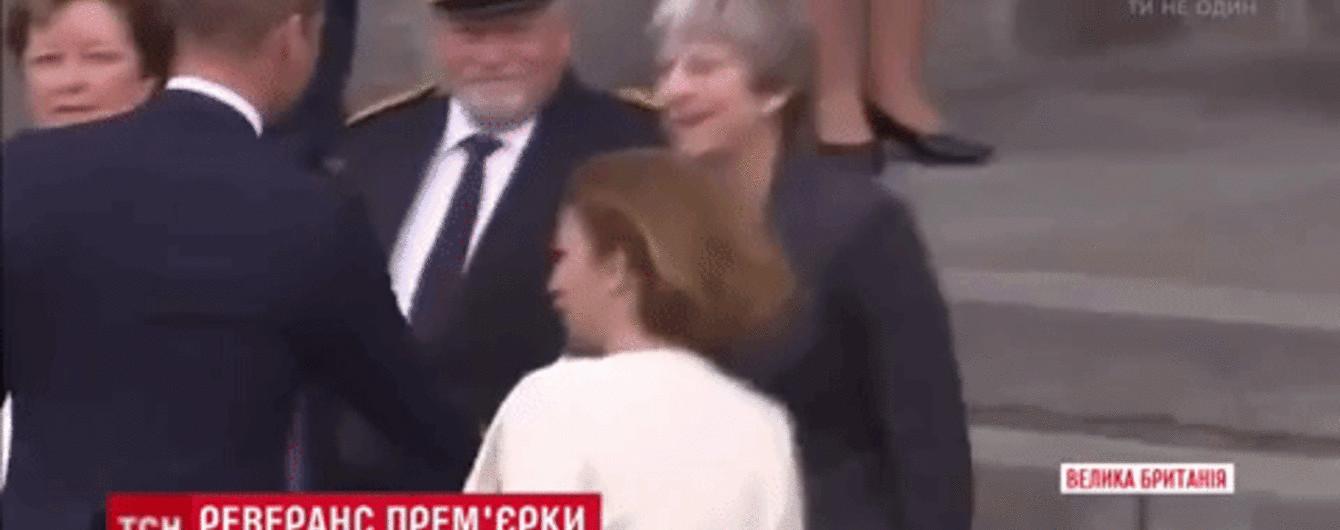 В Сети смеются с британской премьерши Мэй из-за неуклюжего реверанса перед принцем