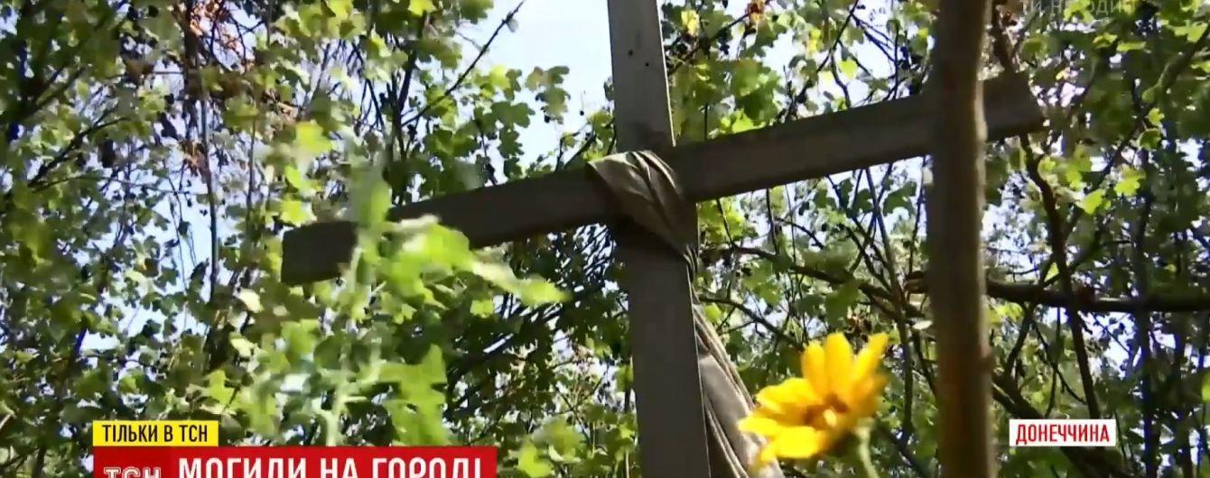 Захоронения возле многоэтажки и братская могила в поле: жители Песок рассказали, где лежат убитые войной односельчане