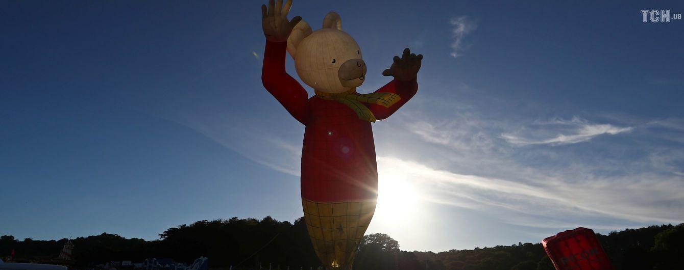 Величезний ведмідь та нічні вогні: у Великій Британії стартував фестиваль повітряних куль