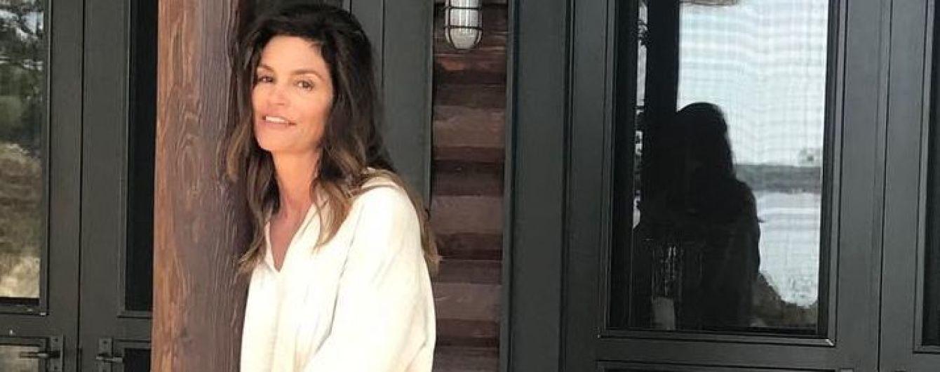 В одной белой рубашке: Синди Кроуфорд показала, как выглядит по утрам