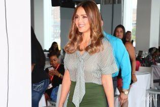 Уже в форме: Джессика Альба в прозрачной блузке приехала на деловое мероприятие