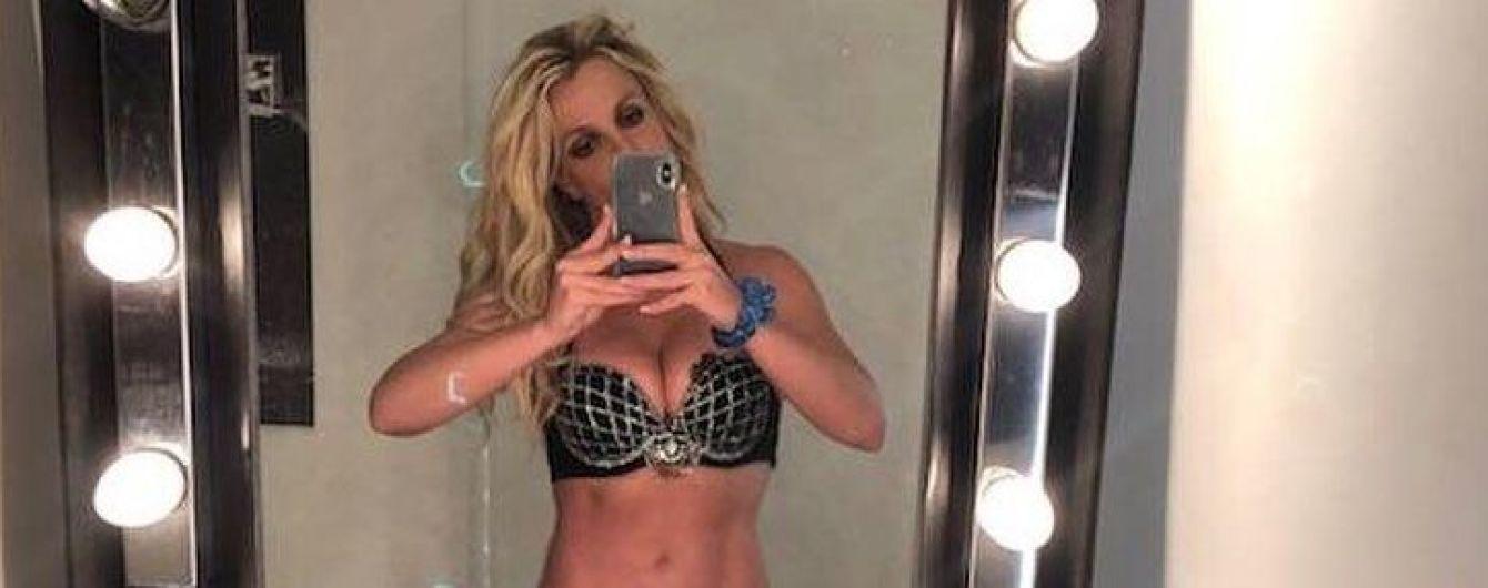 В лифчике со стразами: Бритни Спирс похвасталась пышным бюстом
