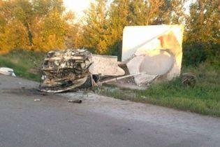 На Полтавщині легковик розтрощив зупинку і перекинувся, водій загинув