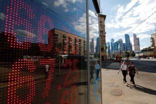 Россияне готовятся к падению курса рубля из-за цен на нефть