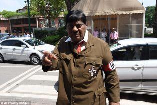Индийский депутат пришел в парламент в образе Гитлера