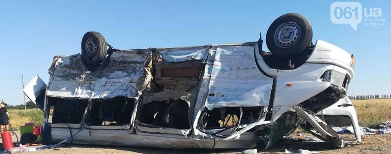 Моторошна ДТП на Запоріжжі: у мережі оприлюднили відео моменту зіткнення вантажівки та мікроавтобусу