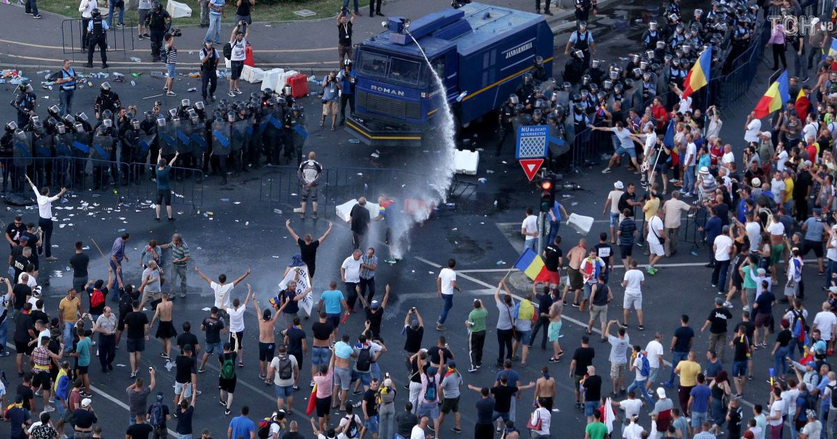 В Румынии возобновились протесты после жестокого разгона 50-тысячного митинга в Бухаресте