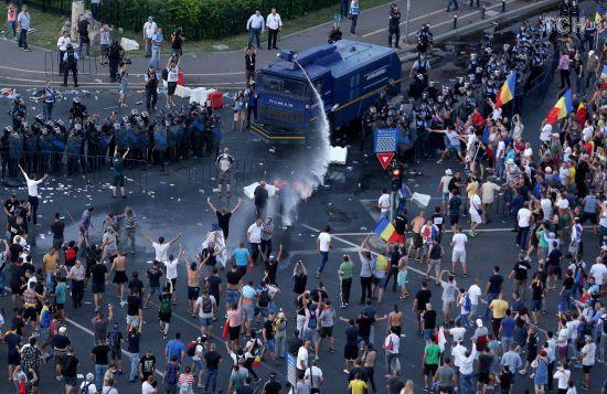 У Румунії поновилися протести після жорстокого розгону 50-тисячного мітингу в Бухаресті
