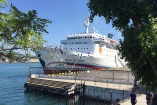"""Лайнер-неудачник. Соцсети потешаются над """"круизным"""" судном РФ, которое не могло причалить в порту Ялты"""