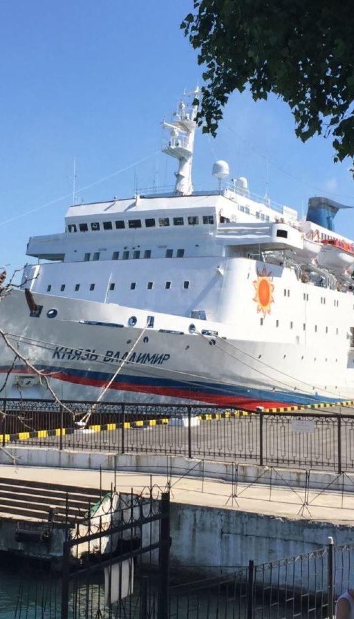 """Лайнер-невдаха. Соцмережі зловтішаються з """"круїзного"""" судна РФ, яке не могло причалити до порту Ялти"""