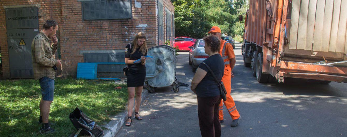 Затянул механизм мусоровоза. В Киеве мужчине оторвало руку