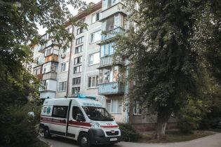 На столичних Нивках з балкона випав голий неадекватний чоловік