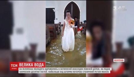 На Филиппинах влюбленные пары женятся несмотря на тропический шторм