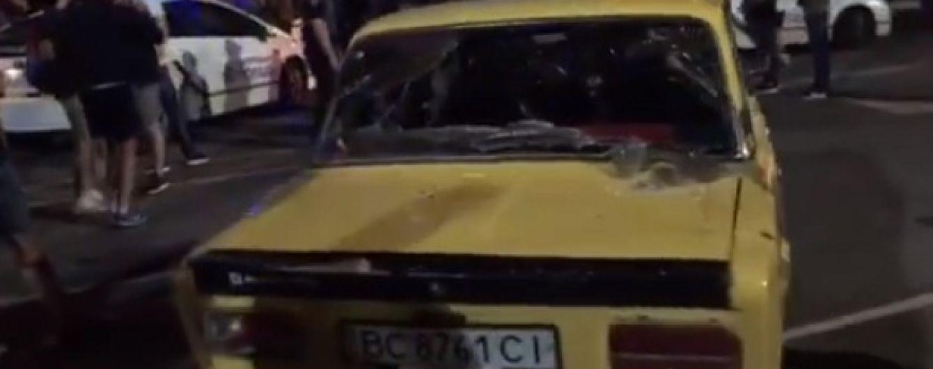 В Ровно дрифтер наехал на полицейского, неизвестные в балаклавах разбили машины участников гонок
