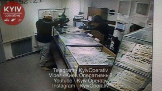 У Мережі з'явилися фото зухвалого нападу на ломбард у Києві
